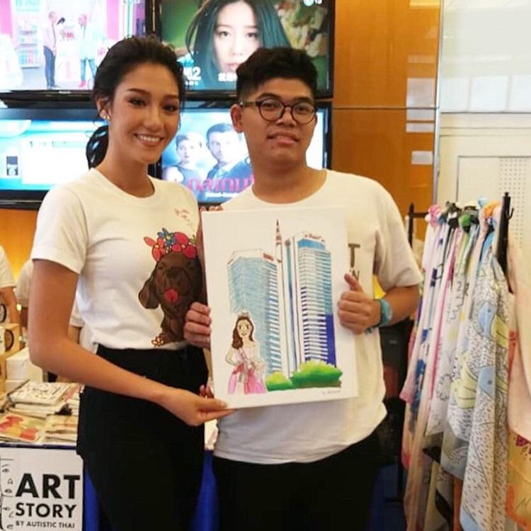 นิโคลีน มิสไทยแลนด์เวิลด์ 2018 ร่วมจำหน่ายสินค้าจากโครงการ Love for All กับมูลนิธิออทิสติกไทย บรรยากาศเป็นไปอย่างคึกคัก