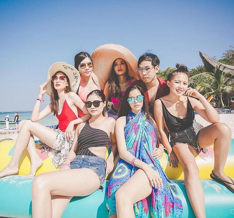 รุ่นพี่มิสไทยแลนด์เวิลด์ แซ่บแท็กทีมอวดหุ่นสวยริมทะเลภูเก็ต พร้อมทำกิจกรรมอาสาเพื่อสังคม เก็บขยะตามแนวชายหาด