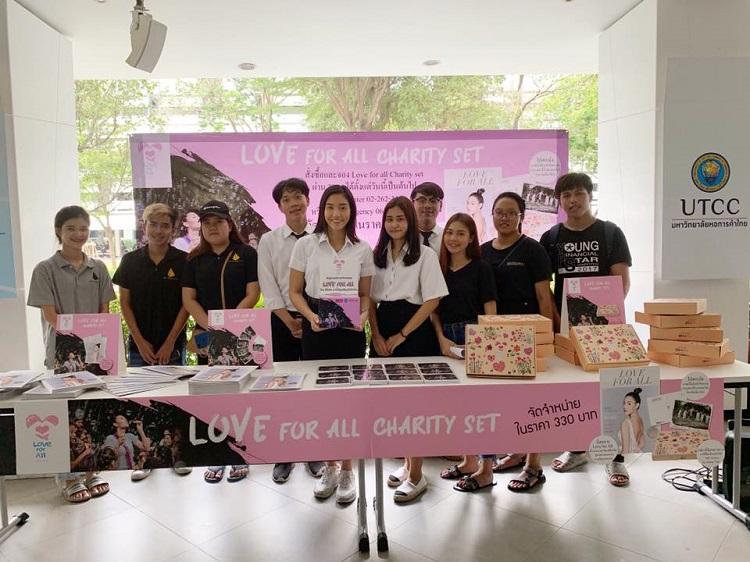 นิโคลีนและเพื่อนๆ ม.หอการค้าไทย ร่วมเปิดบูธจำหน่ายสินค้า Love for All Charity Set ช่วยเหลือเด็กที่ขาดแคลนโอกาส
