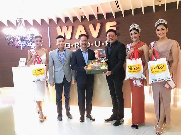 คณะมิสไทยแลนด์เวิลด์ 2019 เข้าขอบคุณบมจ.เวฟ เอ็นเตอร์เทนเมนท์ (WAVE) และ วอล์ลสตรีท อิงลิช ประเทศไทย