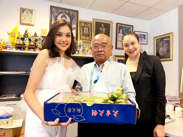 เกรซ Miss Thailand World 2019 เดินสายมอบของขวัญสวัสดีปีใหม่ผู้บริหาร BEC Tero และผู้บริหารช่อง 3
